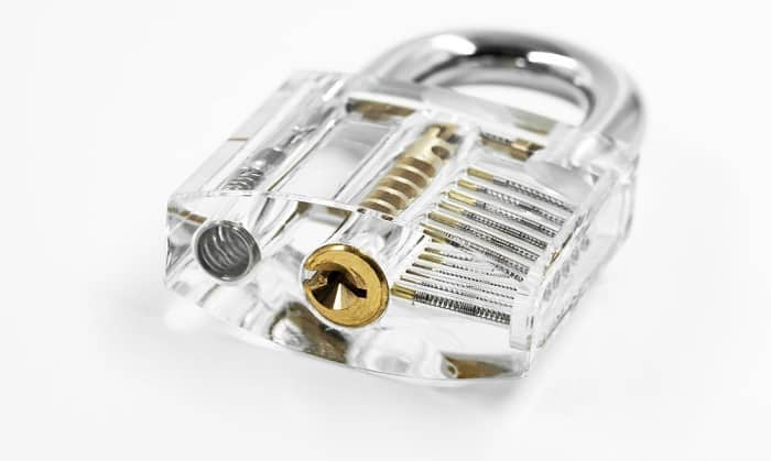 picking-lock-with-paper-clip