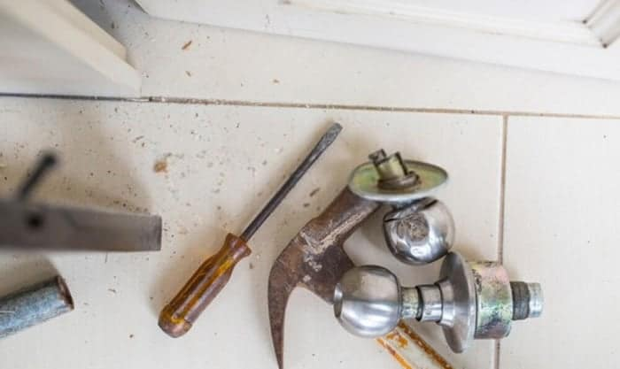 how-to-break-a-padlock-with-a-hammer