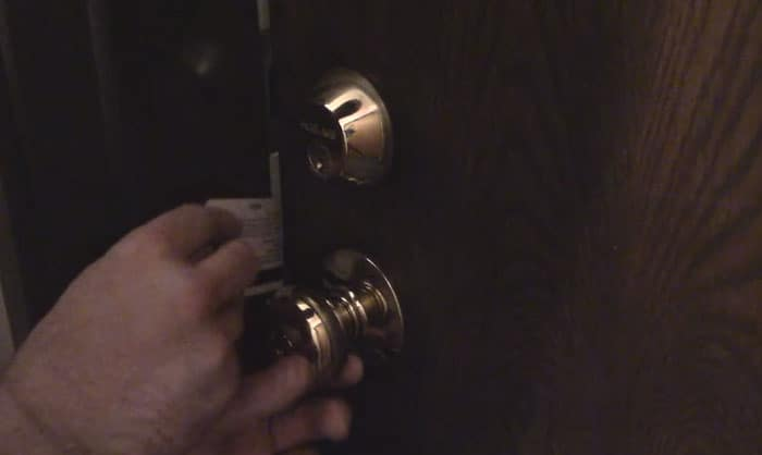 pick-a-door-lock-with-a-credit-card